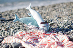 Baleine faite main miniature de jouet sur les roches dans le panier photographie stock