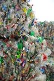 Balen van drankcontainers bij het recycling van centrum royalty-vrije stock foto's