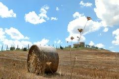 In balen verpakt hooigebied op Chiantigebied stock foto