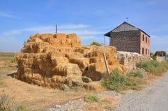 Baler av hö i gården av huset Lusarat Armenien Royaltyfria Foton
