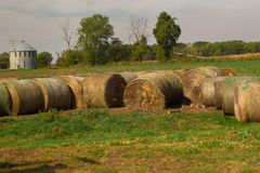 Baler av hö på lantgården Fotografering för Bildbyråer