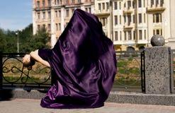 Balerin mieszkania na ulicie w długiej purpurze ubierają dancingowego alo Zdjęcia Royalty Free