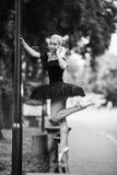 Balerina opowiada na telefonie Zdjęcie Royalty Free