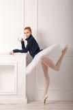 Balerina pije herbaty w ciepłym pulowerze Zdjęcia Stock