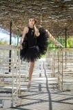 Balerina pozuje outdoors obrazy stock