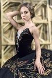 Balerina pozuje w wnętrzu zdjęcia stock