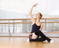 Balerina pracuje out siedzieć na drewnianej podłoga Zdjęcie Stock