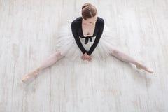 Balerina siedzi na podłoga w balet klasie, odgórny widok Zdjęcia Royalty Free
