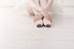 Balerina stawia dalej pointe baletniczych buty, pełen wdzięku nogi Zdjęcie Royalty Free