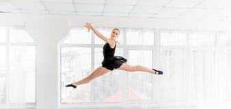 Balerina tancerz wykonuje skok w białym studiu obrazy royalty free