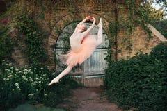 Balerina tanczy outdoors klasyczne balet pozy w miastowym backgro obrazy stock