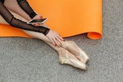 Balerina trzyma telefon komórkowego zdjęcie royalty free