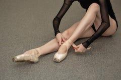 Balerina ubiera pointes zdjęcie royalty free