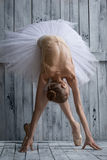 Balerina ubierająca w białej spódniczce baletnicy robi chudy przedni zdjęcie stock