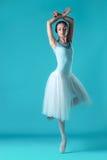 Balerina w bielu smokingowy pozować na palec u nogi, pracowniany tło zdjęcie royalty free