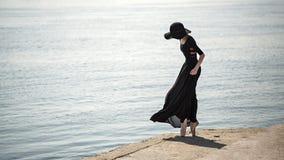 Balerina w kapeluszu i czerni sukni fotografia royalty free