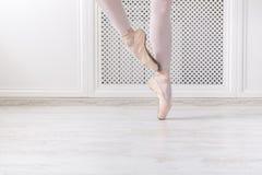 Balerina w pointe butach, pełen wdzięku nogi, baletniczy tło Fotografia Royalty Free