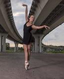 Balerina z drzwi, młody nowożytny baletniczy tancerz pozuje na obraz royalty free