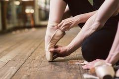 Baleriny kładzenie na jej baletniczych butach Zdjęcia Royalty Free