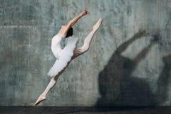 Baleriny kobieta Młodej pięknej kobiety baletniczy tancerz, ubierający w fachowym stroju, pointe butach i białym spódniczka balet zdjęcia royalty free
