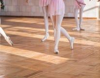 Baleriny tanczy w baletniczej sala Zdjęcie Royalty Free