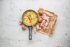 Baleron i Jajka Rozdrapani jajka z bekonem w ceramicznej niecce Zdjęcie Royalty Free