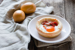 Baleron i jajko na chlebowej filiżance Obrazy Stock