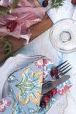 Baleron na drewnianej desce Stołowy położenie dla gościa restauracji szklany białego wina deliciouses obrazy stock