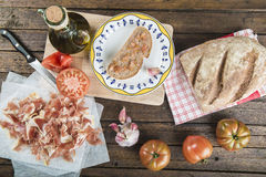 Baleron z chlebem, pomidorem, czosnkiem i oliwa z oliwek, obrazy stock
