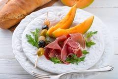 Baleron z melonem i oliwkami Obraz Stock