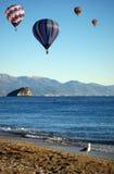 Balões de ar quentes sobre o mar Fotos de Stock