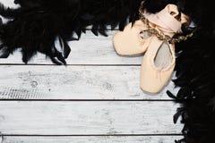 Baletów buty na drewnianej scenie i wsparcia Obrazy Stock
