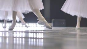 balet Zakończenie dziewczyny ` s iść na piechotę w białych baletniczych butach podczas baletniczego szkolenia Element klasyczny t zdjęcie wideo
