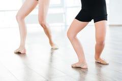 Baletnicza nauczyciela i małej dziewczynki pozycja w ten sam pozie Zdjęcia Royalty Free