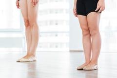 Baletnicza nauczyciela i małej dziewczynki pozycja w ten sam pozie Fotografia Stock