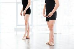 Baletnicza nauczyciela i małej dziewczynki pozycja w ten sam pozie Obraz Royalty Free