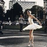 Baletniczego tancerza na wolnym powietrzu występ obraz royalty free