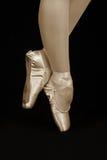 Baletniczego tancerza pozycja na palec u nogi podczas gdy tanczący artystycznego conversi Fotografia Royalty Free