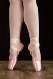 Baletniczego tancerza pozycja na palec u nogi podczas gdy tanczący artystycznego conversi Zdjęcia Stock