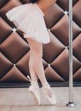 Baletniczego tancerza pozycja w Pointe blisko słupa Zakończenie Zdjęcia Stock