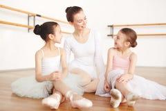 Baletniczy nauczyciel i mali ucznie na podłoga zdjęcie stock