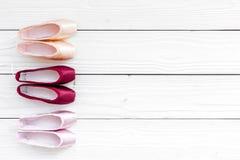 Baletniczy pointe buty na białej drewnianej tło odgórnego widoku kopii przestrzeni Zdjęcie Stock