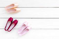 Baletniczy pointe buty na białej drewnianej tło odgórnego widoku kopii przestrzeni Obraz Stock
