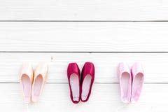 Baletniczy pointe buty na białej drewnianej tło odgórnego widoku kopii przestrzeni Fotografia Stock