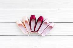 Baletniczy pointe buty na białej drewnianej tło odgórnego widoku kopii przestrzeni Obrazy Stock