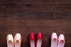 Baletniczy pointe buty na ciemnej drewnianej tło odgórnego widoku kopii przestrzeni Zdjęcia Stock