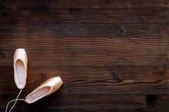 Baletniczy pointe buty na ciemnej drewnianej tło odgórnego widoku kopii przestrzeni Fotografia Stock