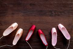 Baletniczy pointe buty na ciemnej drewnianej tło odgórnego widoku kopii przestrzeni Zdjęcia Royalty Free