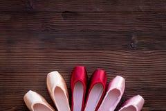 Baletniczy pointe buty na ciemnej drewnianej tło odgórnego widoku kopii przestrzeni Zdjęcie Royalty Free
