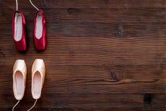Baletniczy pointe buty na ciemnej drewnianej tło odgórnego widoku kopii przestrzeni Obrazy Stock